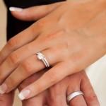 De handen van de bruid
