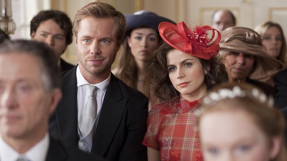 Jacob (Thijs Romer) en Roos (Elise Schaap) op een bruiloft_Ja, ik wil!_credits Victor Arnolds